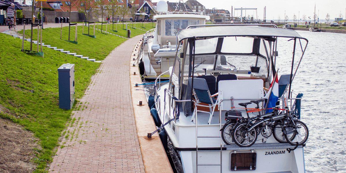 Boote legen neben dem Seijsener Verteilerkasten an